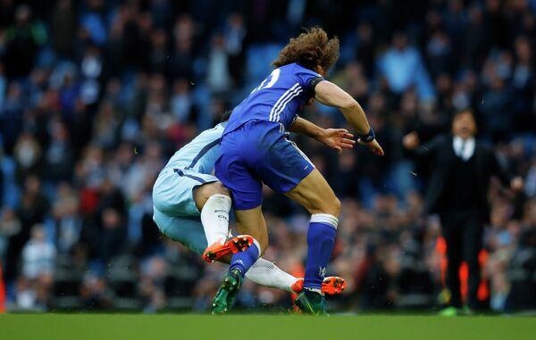 Единоборство между нападающим Манчестер Сити Серхио Агуэро и защитником Челси Давидом Луисом в матче АПЛ (слева направо)