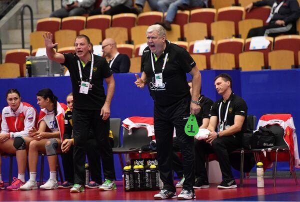 Главный тренер женской сборной России по гандболу Евгений Трефилов (справа на первом плане)