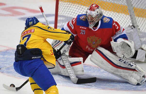 Защитник сборной Швеции Давид Рундблад (слева) и вратарь сборной России Илья Сорокин
