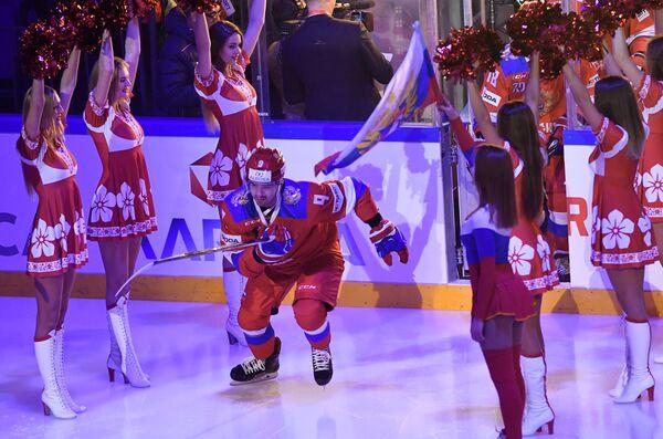 Защитник сборной России Виктор Антипин (в центре)