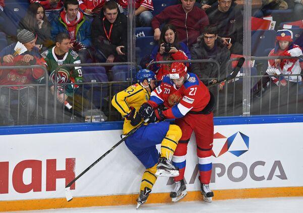 Игрок сборной Швеции Симон Энеруд (слева) и игрок сборной России Максим Осипов
