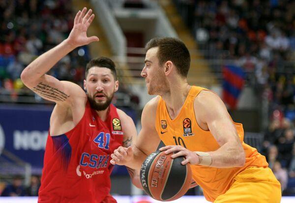 Форвард ПБК ЦСКА Никита Курбанов (слева) и БК Барселона Виктор Клавер
