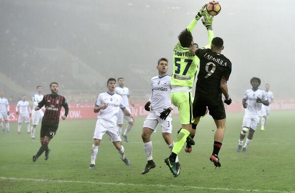 Игровой момент матча чемпионата Италии по футболу между Миланом и Аталантой