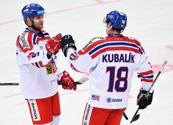 Защитник сборной Чехии Якуб Ержабек (слева) и нападающий Доминик Кубалик