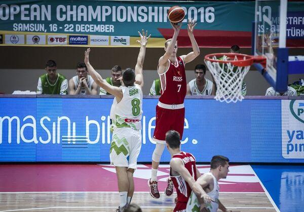 Форвард юношеской сборной России (игроки не старше 18 лет) по баскетболу Андрей Лопатин (№7)
