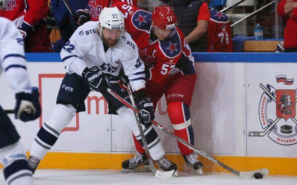 Нападающий ХК Динамо Лукаш Кашпар (слева)
