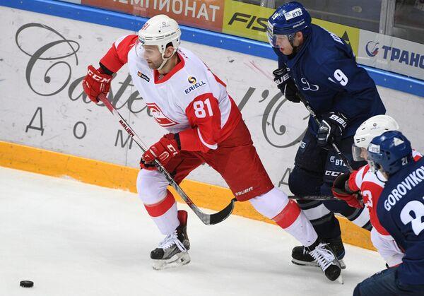 Нападающий Динамо Алексей Цветков (справа) и защитник Спартака Алексей Кириллов