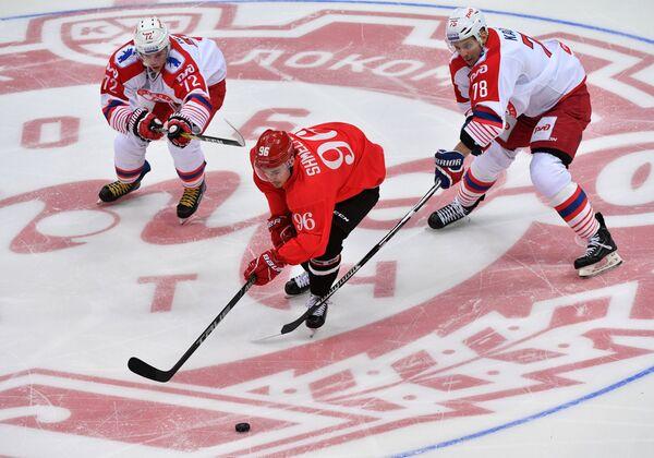 Нападающий Спартака Сергей Шмелёв (в центре)