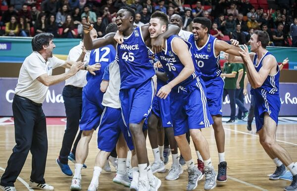 Баскетболисты юношеской сборной Франции