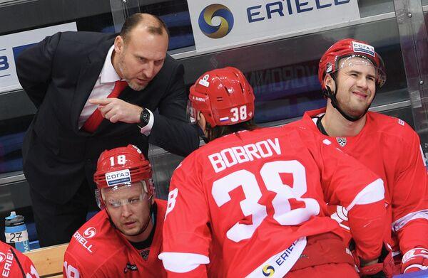 Исполняющий обязанности главного тренера ХК Спартак Алексей Ярушкин (слева)
