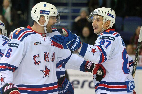 Защитник СКА Патрик Херсли (слева) и нападающий Вадим Шипачёв