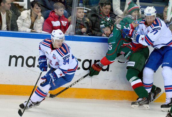 Нападающие СКА Александр Барабанов, Ак Барса Александр Свитов и защитник СКА Антон Белов (слева направо)