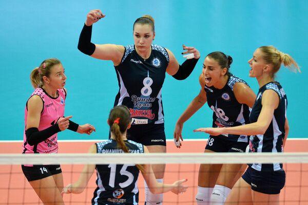 Волейболистки Динамо-Казань радуются набранному очку в финальном матче Кубка России