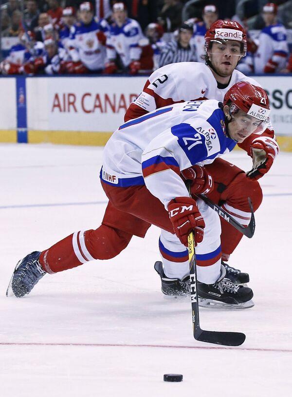 Нападающий сборной России Денис Алексеев (справа) и защитник сборной Дании Кристиан Мириц