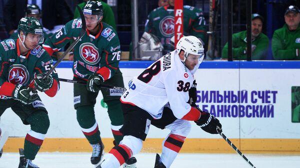 Игроки ХК Ак Барс Владимир Ткачёв, Андрей Чибисов и нападающий ХК Трактор Пол Щехура (слева направо)