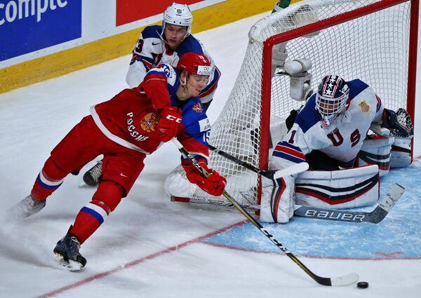 Нападающий сборной России Павел Карнаухов, защитник сборной США Джо Чеккони и вратарь Тайлер Парсонс (слева направо)