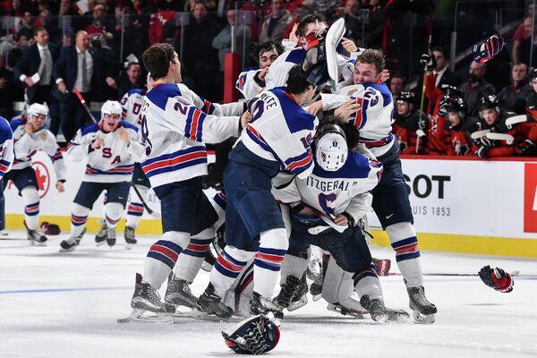 Хоккеисты молодежной сборной США радуются победе на чемпионате мира