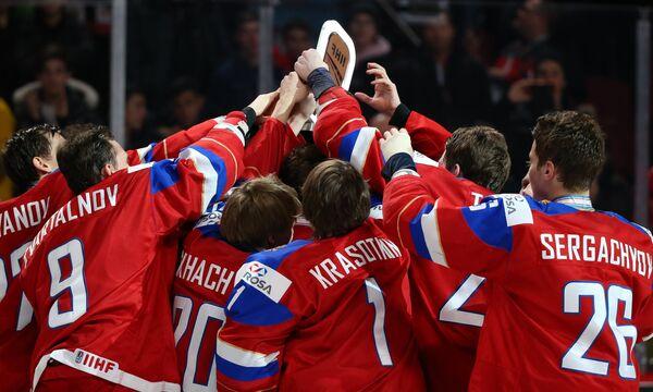 Хоккеисты молодежной сборной России на церемонии награждения после окончания матча за 3-е место