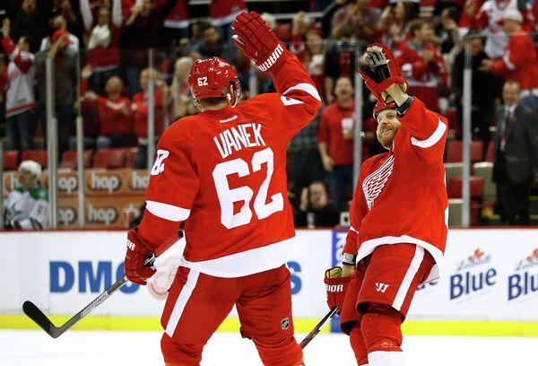Хоккеисты Детройта Томас Ванек и Стив Отт (слева направо)