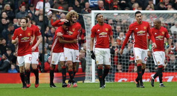 Футболисты Манчестер Юнайтед Маркус Рэшфорд, Маруан Феллайни, Антони Марсьяль, Крис Смоллинг (слева направо) радуются забитому мячу