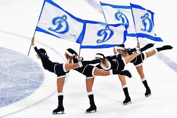Девушки из группы поддержки ХК Динамо (Москва)