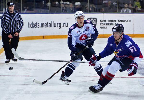 Защитник ХК Торпeдо Максим Осипов и защитник Металлург (Магнитогорск) Алексей Береглазов (справа)
