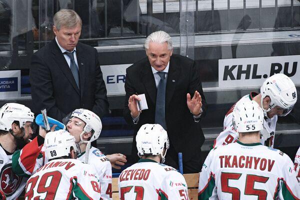 Главный тренер ХК Ак Барс Зинэтула Билялетдинов (в центре)  и хоккеисты клуба