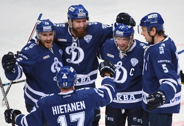Хоккеисты Динамо Мартиньш Карсумс, Юусо Хиетанен, Лукаш Кашпар, Алексей Терещенко и Илья Никулин (слева направо)