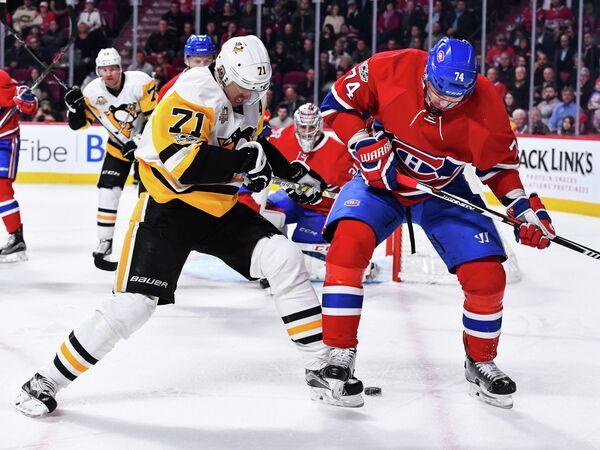 Нападающий клуба НХЛ Питтсбург Пингвинз Евгений Малкин и защитник Монреаль Канадиенс Алексей Емелин (слева направо)