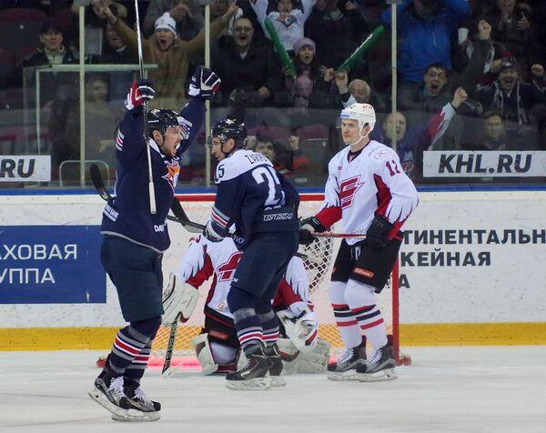 Нападающий Металлурга Сергей Мозякин (слева)