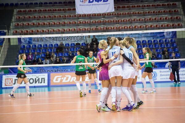 Волейболистки краснодарского Динамо (справа)