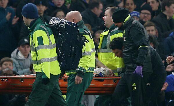 Медики уносят с поля получившего травму полузащитника Халл Сити Райана Мэйсона