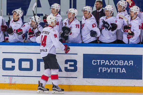 Хоккеисты новокузнецкого Металлурга радуются победе
