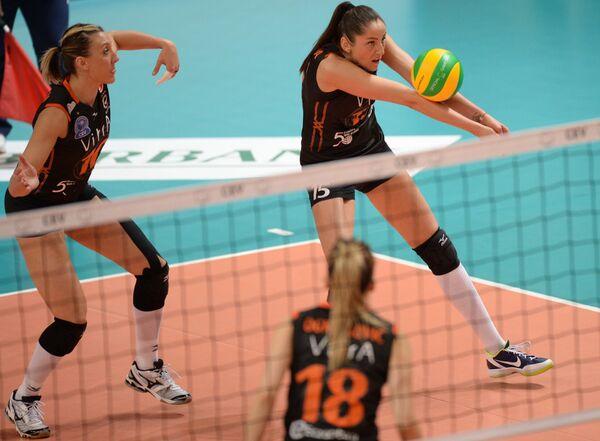 Доигровщица Эджзаджибаши Татьяна Кошелева (справа на втором плане)
