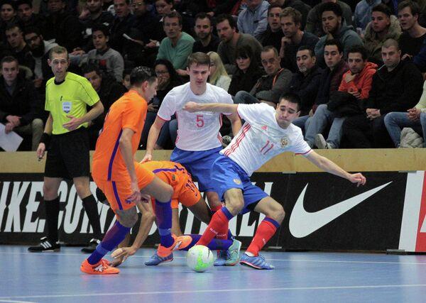 Игровой момент товарищеского матча между сборными Нидерландов и России по мини-футболу