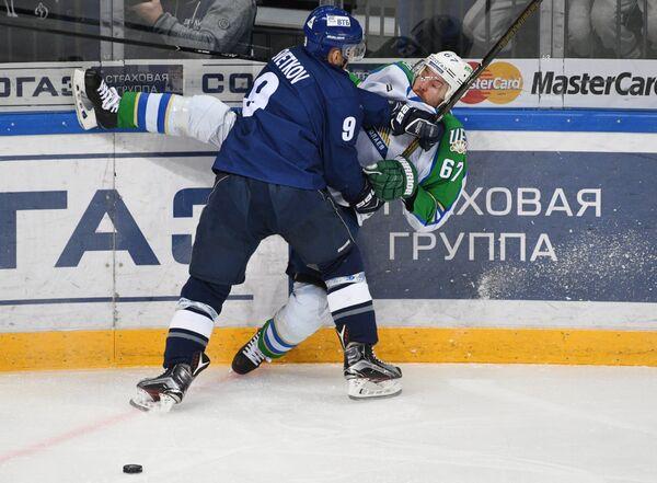 Форвард Динамо Алексей Цветков (слева) и нападающий Салавата Юлаева Линус Умарк