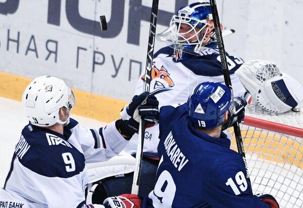 Вратарь ХК Металлург Василий Кошечкин (второй справа)
