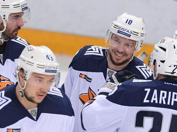 Нападающий ХК Металлург Сергей Мозякин (второй справа)