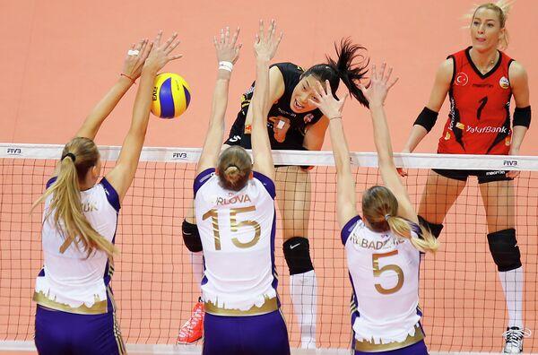 Игровой момент матча Волеро - Вакифбанк. В центре - Екатерина Орлова (№15)