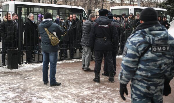 Сотрудники полиции у входа в здание Олимпийского Комитета России перед началом отчетно-выборной конференции Федерации бокса России