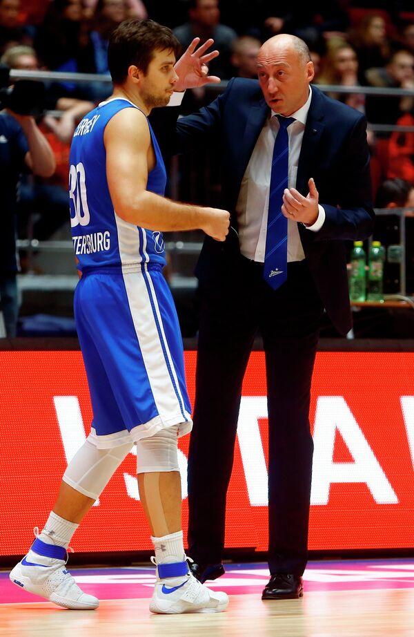 Защитник БК Зенит Павел Сергеев (слева) и главный тренер БК Зенит Василий Карасев