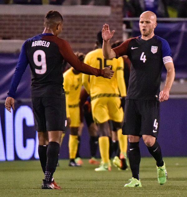 Футболисты сборной США Майкл Брэдли (справа) и Хуан Агудело
