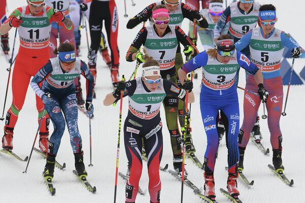 Лыжницы на старте скиатлона на этапе Кубка мира в корейском Пхенчхане. Справа - Елена Соболева