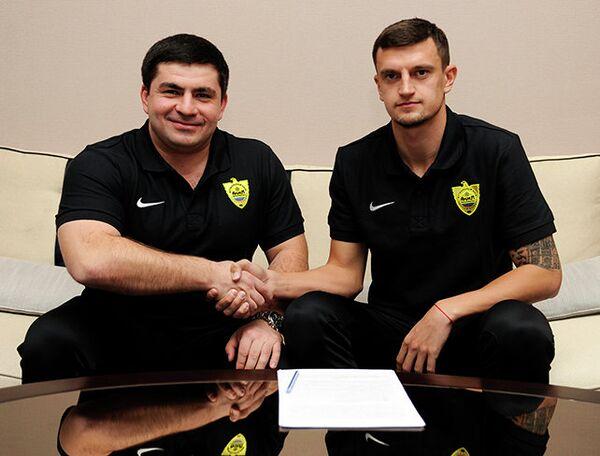 Украинский защитник Максим Белый (справа)