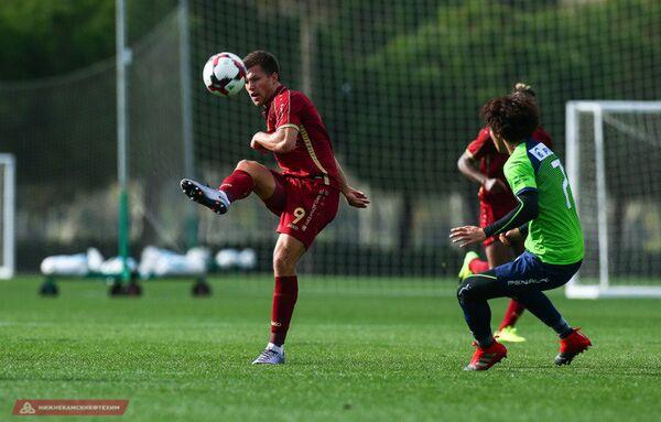 Нападающий ФК Рубин Максим Канунников (слева) во время контрольного матча против японского клуба Сенан Бельмаре