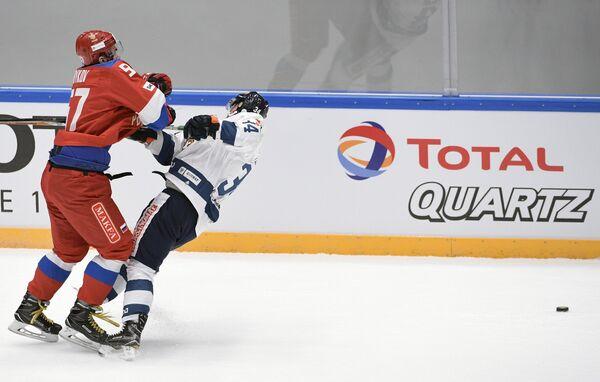 Форвард сборной России Максим Карпов (слева) и нападающий сборной Финляндии Олли Палола