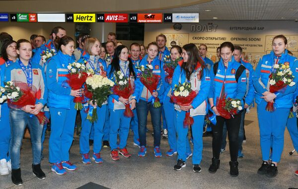 Женская сборная по хоккею во время прилета сборной России с XXVIII Всемирной зимней Универсиады