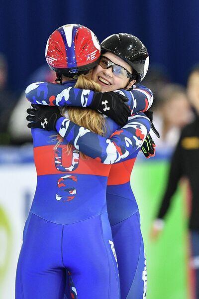 София Просвирнова (справа)
