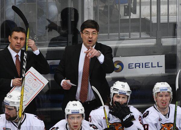 Исполняющий обязанности главного тренера Амура Андрей Мартемьянов (справа)