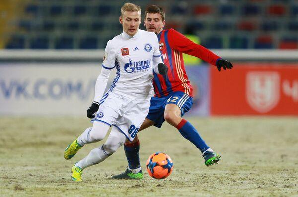 Игрок Оренбурга Максим Батов (слева) и игрок ЦСКА Георгий Щенников